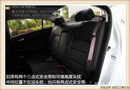 起亚K3的后排座椅设置与现代朗动相似,空间较为宽敞,身高175cm的高清图片