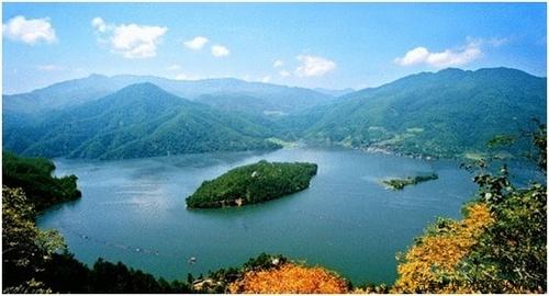 肇庆九龙湖度假山庄落在风景如画的肇庆九龙湖景区内.