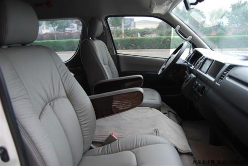 进口丰田海狮面包车座椅构造更符合人体曲线,令旅途行车倍感舒适.