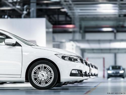 汽车发动机的水泵,发电机都用三角皮带传动.