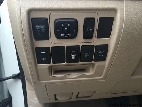 第一排一次是大灯高度调节按钮;后视镜视角调节;电动